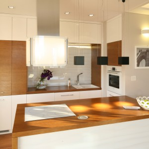 Wysoka zabudowa w jasnym kolorze to rozwiązanie idealne do małych kuchni. Optycznie powiększy przestrzeń i pozwoli wykorzystać każdy skrawek dostępnego miejsca. Projekt: Karolina Łuczyńska. Fot. Bartosz Jarosz.