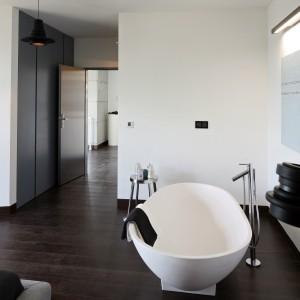 Wanna o pięknym, owalnym kształcie doskonale pasuje do nowocześnie urządzonej sypialni. Staje się kolejnym elementem dekoracyjnym w otwartym wnętrzu. Projekt: Justyna Smolec. Fot. Bartosz Jarosz.