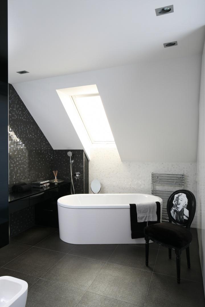 Elegancki wystrój łazienki ukrytej za ścianą jest kontynuacją aranżacji pokoju sypialnego. Czarno-białe wnętrze powiększają duże połacie luster. Projekt: Małgorzata Borzyszkowska. Fot. Bartosz Jarosz.