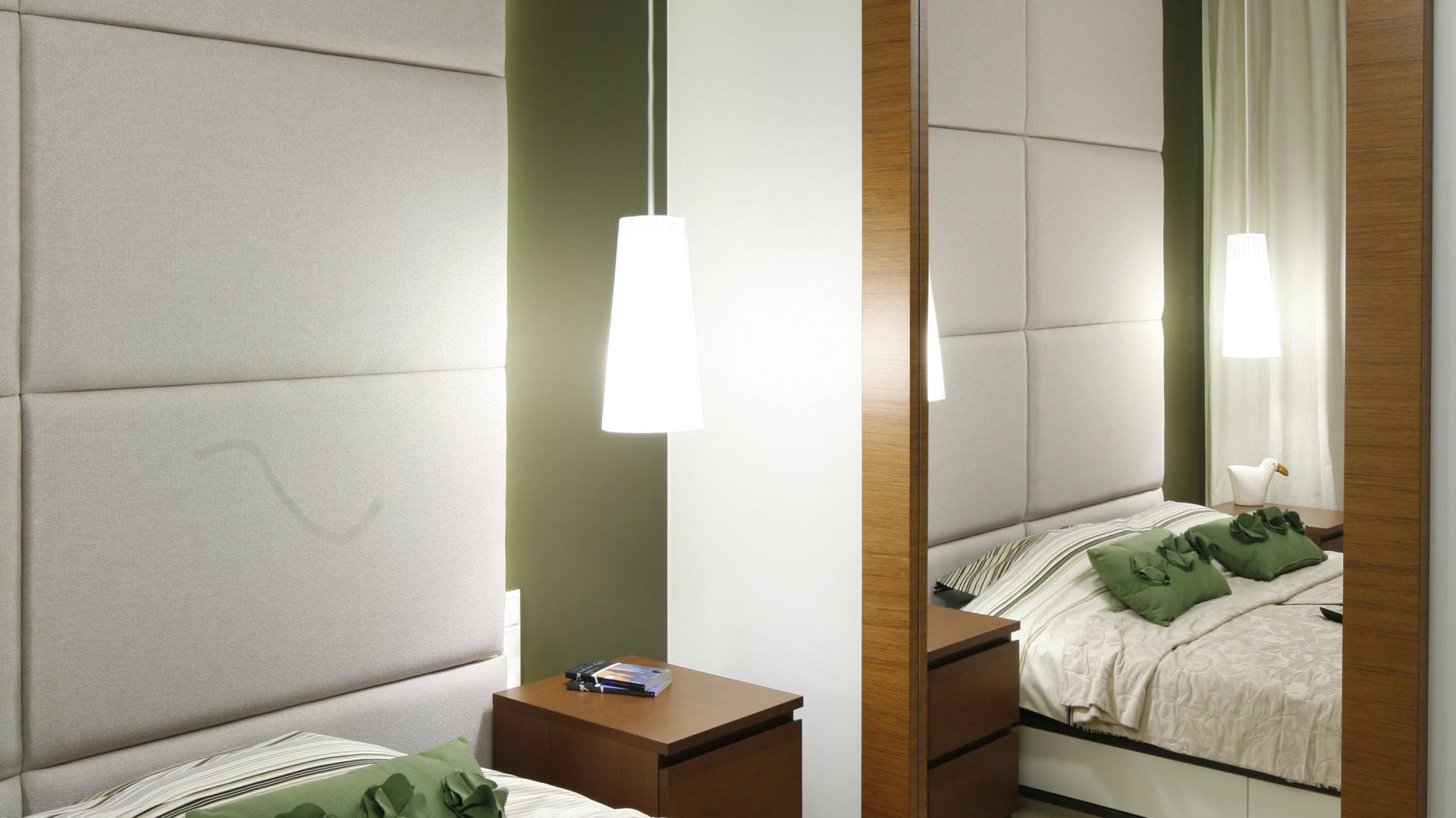 Wysokie lustro oprawione w...  Mała sypialnia. Zobacz jak ją urządzić  Strona: 12