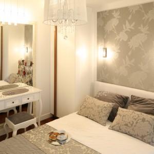 W luksusowej sypialni skąpanej w bieli i beżach nie mogło zabraknąć toaletki. Gustowny mebel ustawiono tuż przy lustrze oprawionym w piękną, pozłacaną ramę. Projekt: Małgorzata Mazur. Fot. Bartosz Jarosz.