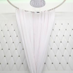 Na tle ściany za prysznicem wykończonej stylową mozaiką ciekawie prezentuje się prysznic z zasłoną w stylu retro. Projekt: Małgorzata Galewska. Fot. Bartosz Jarosz.