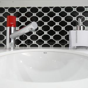 W tej samej łazience wykorzystano dwa rodzaje mozaiki, ale dobrano ją na zasadzie negatywu. Na ścianie nad umywalką zastosowano wersję z przewagą koloru czarnego. Projekt: Marta Kilan. Fot. Bartosz Jarosz.