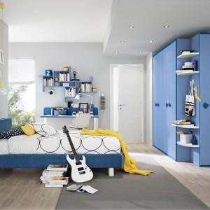 Meble w niebieskim kolorze ożywiają szare wnętrze, nadając mu oryginalny charakter. Ciekawym uzupełnieniem aranżacji są żółte dodatki. Fot. Colombini Casa.