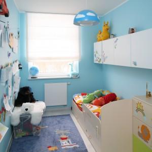 Ściany w pięknym, błękitnym kolorze stanowią wyraziste tło dla jasnych mebli, nie przytłaczając przy tym niewielkiego wnętrza. W tym samym kolorze jest też lampa sufitowa z IKEI. Projekt: Anna Maria Sokołowska. Fot. Bartosz Jarosz.
