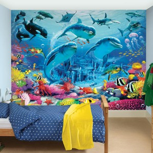 Kolor niebieski nierozerwalnie kojarzy się z oceanem, morzem, jeziorem, jednym słowem wodą. Ciekawą dekoracją, która wprowadzi morski klimat, może być fototapeta w motywem delfinów. Fot. Dulux.uk.