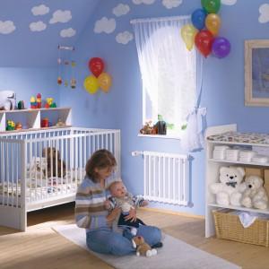 Niebieski pokój łatwo zamienić w iście niebiańską aranżację. Wystarczy na błękitnych ścianach namalować lub nakleić białe obłoczki. Fot. Zehnder Charleston Klinik.