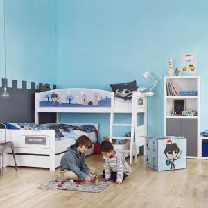 Niebieski to uniwersalny kolor, który sprawdzi się zarówno w pokoju syna, jak i córki. By nadać aranżacji charakter wystarczy wzbogacić ją o charakterystyczne, ciekawe elementy pasujące do chłopca lub dziewczynki. Fot. Cuckooland.