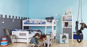 Kolor niebieski wprowadza do wnętrza spokój i harmonię, dlatego warto zaprosić go do pokoju dziecka. Zajrzyjcie do galerii pomysłów na pokój odpowiedni dla dziewczynki oraz chłopca.