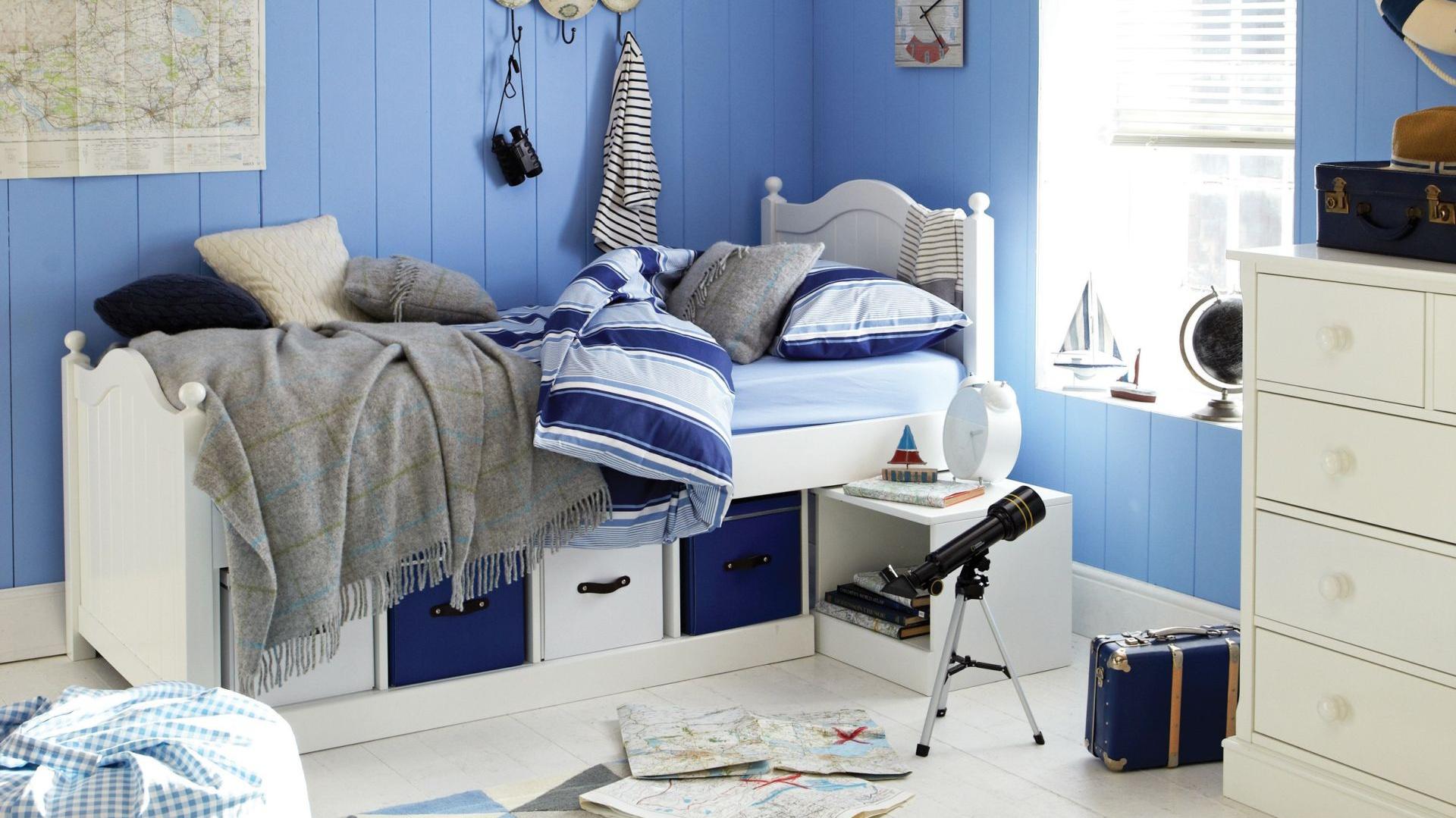 19fa36f6ffb351 Aby nadać niebieskiemu wnętrzu oryginalny styl warto wprowadzić do niego  kilka marynistycznych dodatków. W ten