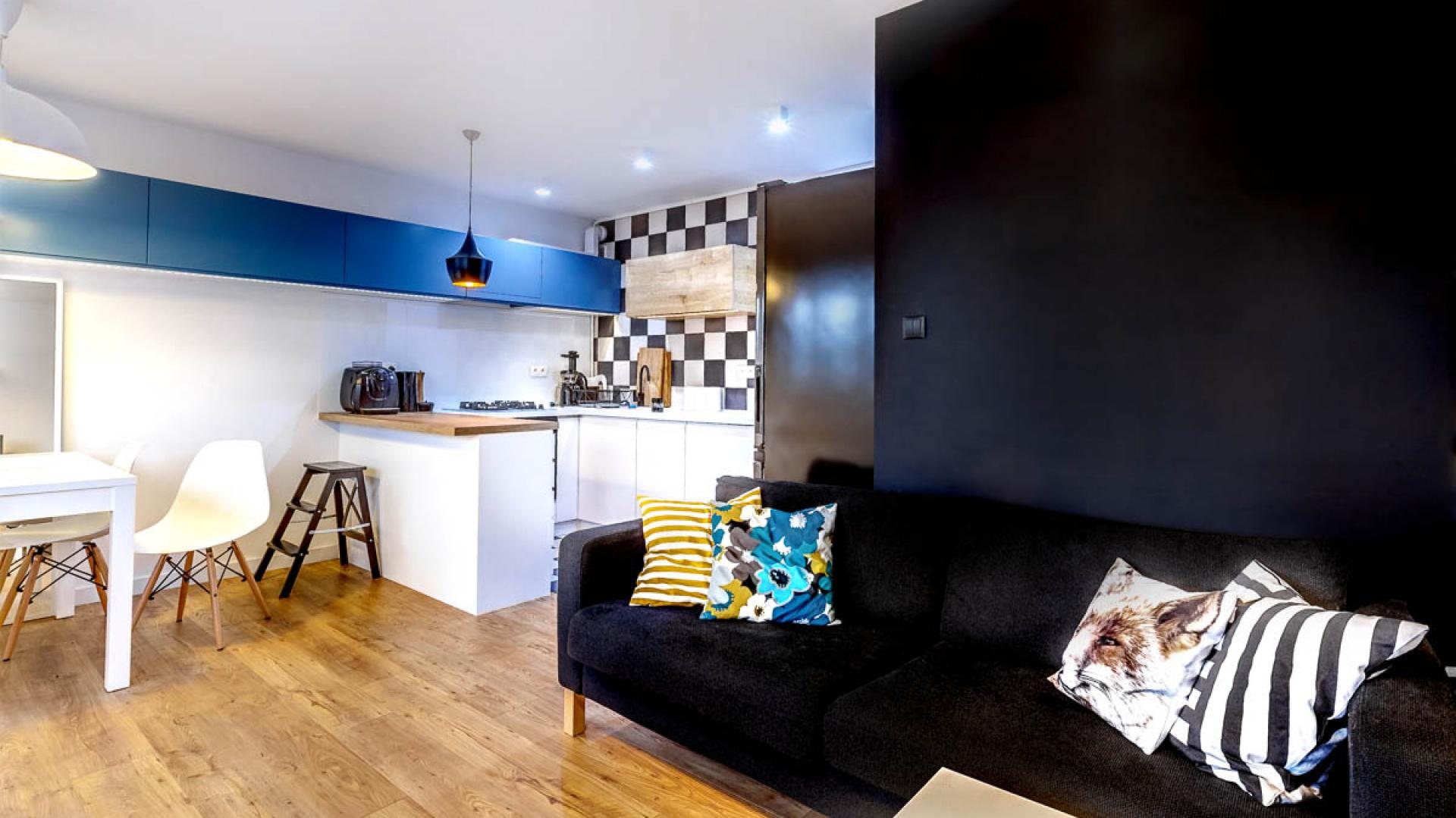 Mieszkanie podzielono na dwie strefy. Przestrzeń dzienna służy podejmowaniu gości i urządzaniu imprez. W jej skład weszły kuchnia z półwyspem, jadalnia i salon z kącikiem audio. Projekt: COCO Pracownia projektowania wnętrz. Fot. Łukasz Markowicz.