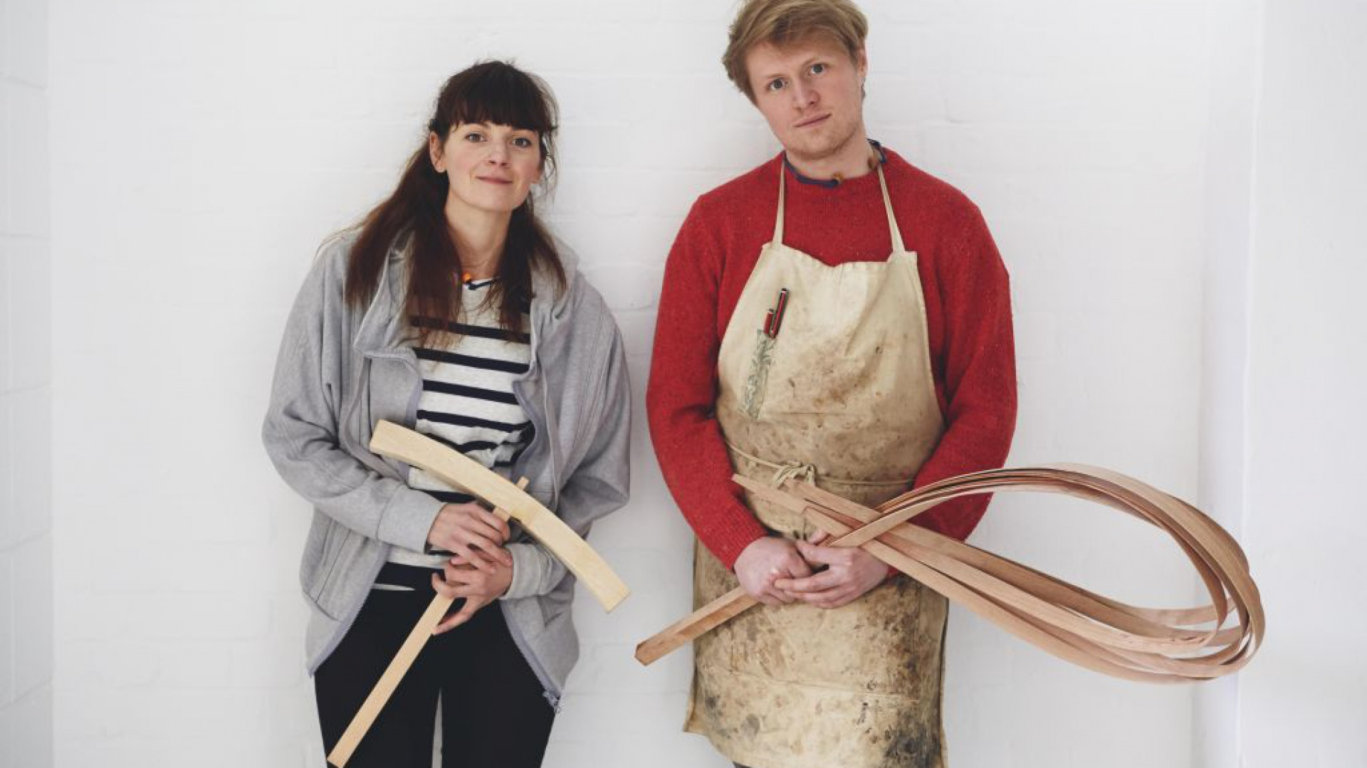 Laura Ellen Bacon, rzeźbiarka oraz Sebastian Cox, projektant mebli. Fot. Jon Cardwell