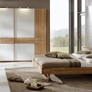 Meble z kolekcji V-Rivera marki Vogluer zdobi piękny fornir naturalnego drewna dębowego połączony z modnymi, białymi powierzchniami. Zestaw jest przytulny i zarazem bardzo nowoczesny. Fot. Vogluer.