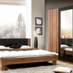 Elegancką sypialnię Helen, firmy Meble Forte, tworzy łóżko z dwiema szafkami nocnymi oraz szafa na ubrania. Ciepłe drewno łączy się tutaj z ciemnym MDF-em tworząc wyrafinowany zestaw. Fot. Meble Forte.