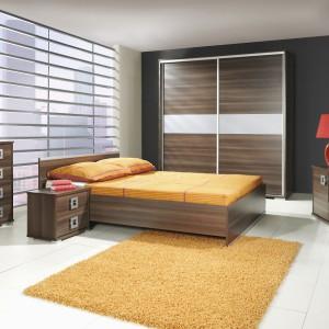 Zestaw Aga firmy Meble Jurek w kolorze ciemnego jesionu tworzą łóżko, 2 stoliki nocne, komoda, szafa z drzwiami przesuwnymi oraz szafka RTV. Nowoczesny styl podkreślają stalowe elementy. Fot. Meble Jurek.