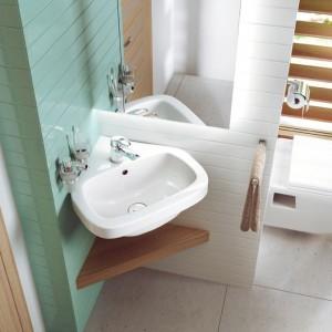 Narożna umywalka Dalia dostępna w ofercie marki Deante pozwoli zaoszczędzić miejsce w małej łazience. Fot. Deante.