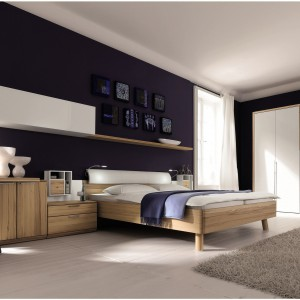 Funkcjonalna sypialnia La Vela marki Hulsta łącząca piękno drewna bukowego oraz nowoczesny połysk bieli. Zastaw, oprócz standardowych mebli sypialnych zawiera także biurko. Fot. Hulsta.