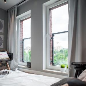 Niewielkie wnętrze rozświetlają wysokie, poprowadzone na wysokość niemal całej ściany, okna. Projekt: Raca Architekci. Fot. Adam Ościłowski.