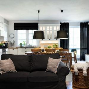 Elegancka czerń to dekoracyjny dodatek. Ta ponadczasowa barwa jest kolorystycznym akcentem we wszystkich pomieszczeniach domu. Projekt: Małgorzata Błaszczak, Pracownia Mebli Vigo. Fot. Artur Krupa.