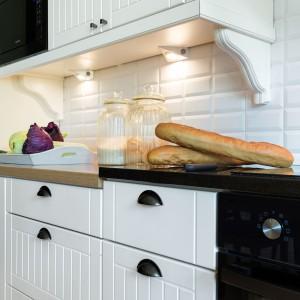 Kuchnia w stylu skandynawskim posiada wiele dekoracyjnych akcentów. Białe płytki nad blatem roboczym wyglądem przypominają cegły. To nawiązanie do klimatu rustykalnego. Projekt: Małgorzata Błaszczak, Pracownia Mebli Vigo. Fot. Artur Krupa.