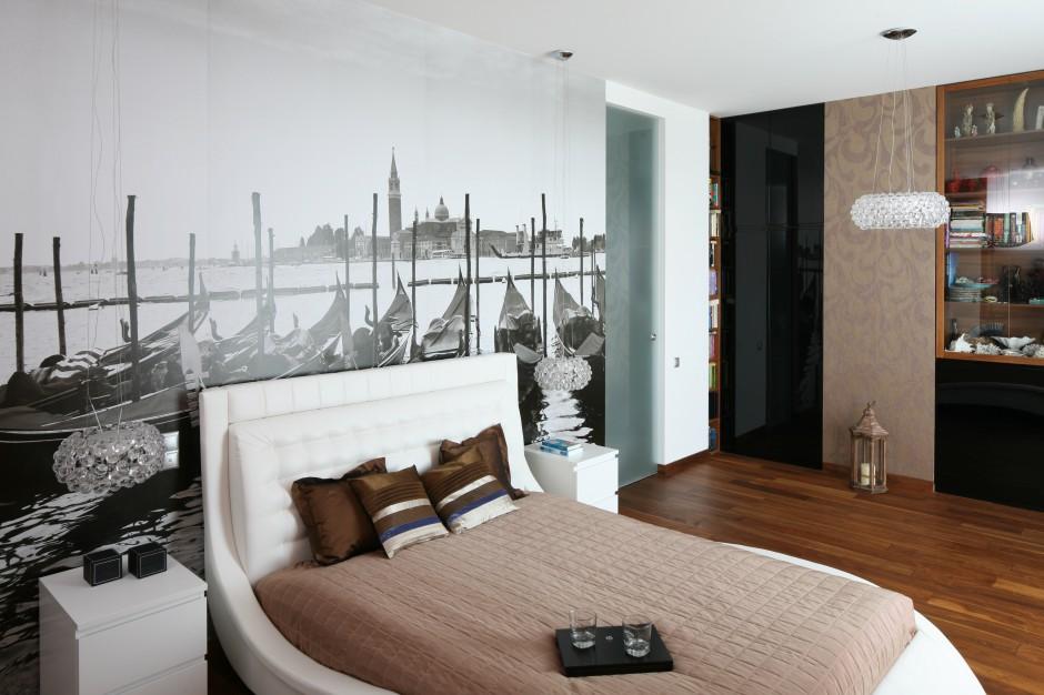 Połyskująca, beżowa tapeta...  Piękna, ciepła sypialnia. Zobacz wnętrza w beżach i brązach ...