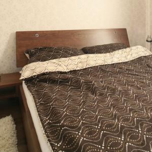 Zakup pościeli w kolorze brązu czy beżu to chyba najprostszy i najmniej kosztowny sposób, by ocieplić aranżację sypialni. Projekt: Małgorzata Brewczyńska. Fot. Bartosz Jarosz.