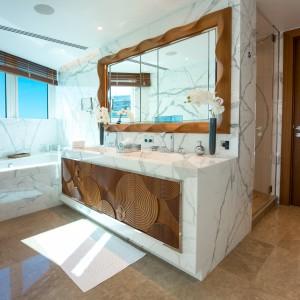 Wśród materiałów dominujących we wnętrzach są brąz, marmur i naturalne drewno. Projekt wnętrza: Alberto Pinto. Fot. Marzocco Group.