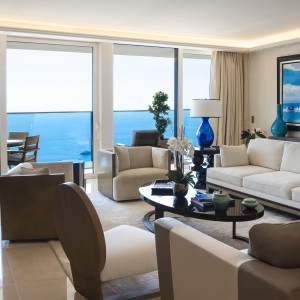 W apartamentach położonych na piętrach od 20 do 49, okna poprowadzone zostały od podłogi po sam sufit, otwierając wnętrza na okoliczny krajobraz. Projekt wnętrza: Alberto Pinto. Fot. Marzocco Group.