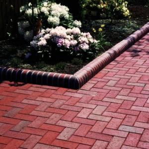 Ciekawym sposobem na wykończenie nawierzchni w ogrodzie są klinkierowe cegły brukowe dostępne w szerokiej gamie kolorystycznej w ofercie firmy Röben. Fot. Röben.