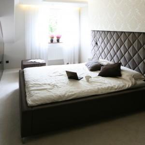 W eleganckiej, glamourowej sypialni dominują detale w kolorze gorzkiej czekolady. Wnętrze rozjaśnia natomiast jasnobeżowa tapeta z eleganckim wzorem. Projekt: Chanatal Springer. Fot. Bartosz Jarosz.