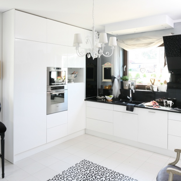 Czarno-biała kuchnia. 15 eleganckich aranżacji z polskich domów