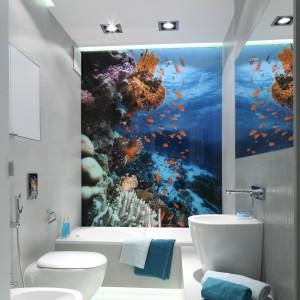 W wąskiej łazience dobrym rozwiązaniem jest szafka wnękowa, tutaj znajduje się nad obudową stelaży sedesu i bidetu. Projekt: Anna Maria Sokołowska. Fot. Bartosz Jarosz.