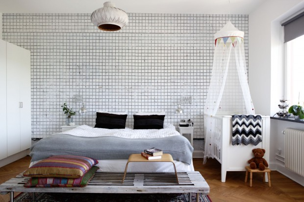 Ściana w sypialni. Piękne, jasne tapety