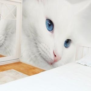 Biały kot widoczny na fototapecie Minka, dodaje wnętrzu niepowtarzalnego uroku oraz pilnuje, by do sypialni nie wkradały się złe sny. Fot. Minka Kids.
