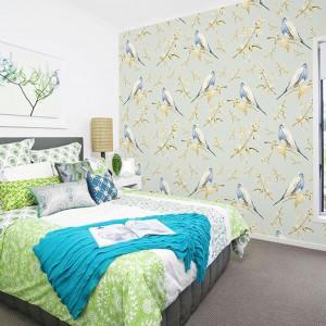 Subtelna tapeta w niebiesko-białe ptaszki marki Dekornik ożywi jasne wnętrze, nie burząc jednocześnie spokojnej atmosfery panującej w sypialni. Fot. Dekornik.