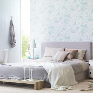Ściana oklejona błękitną tapetą Pop Skin firmy Rash wygląda, jak wyłożona eleganckimi płytkami. Taka dekoracja nada sypialni spokojny, lekki wygląd. Fot. Rash.