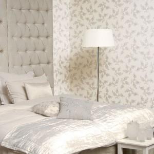 Tapeta dekoracyjna Memories z kolekcji Royal Kashmir marki JVD. Subtelny, szary wzór na białym tle idealnie sprawdzi się w eleganckiej sypialni w stylu glamour. Fot. JVD.