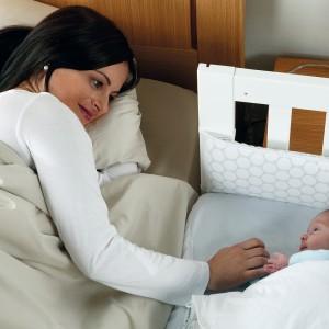 W pierwszych tygodniach życia niemowlaka poczucie bliskości z mamą to podstawa. W tym okresie sprawdzi się mała kołyska dostawiana do łóżka rodziców. Na zdjęciu: kołyska Cododo marki Micuna. Fot. Micuna.