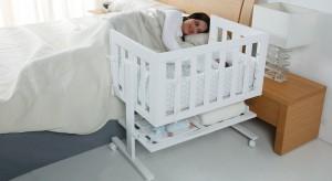 Pierwsze tygodnia życia dziecka to czas, kiedy maluch potrzebuje szczególnej bliskości. W tym okresie sprawdzi się kołyska, z możliwością dostawienia do łóżka mamy.