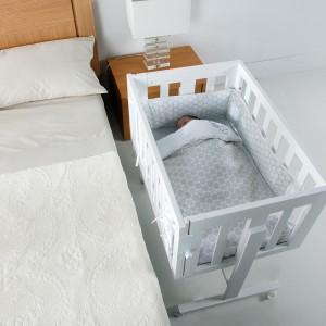 W przypadku gdy oddalamy się od dziecka, należy podnieść barierkę. W ten sposób zapewnimy niemowlęciu bezpieczeństwo podczas naszej nieobecności. Fot. Micuna.