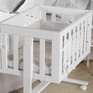 Kołyska sprawdzi się nie tylko w sypialni rodziców, ale też pokoju dziecka, czy każdym innym pomieszczeniu. Fot. Micuna.