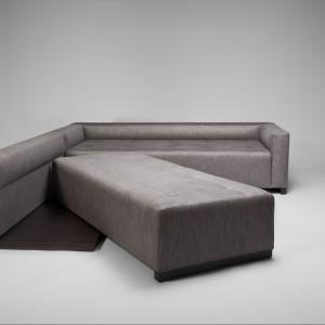 Sofa Swing inspirowana potrzebą maksymalnego wykorzystania przestrzeni wypoczynku. Jej forma składa się z dwóch siedzisk. Mechanizm zmiany funkcji opracowany został tak, by łatwo i bez wysiłku przekształcać narożnik w łóżko. Projekt wykonany dla marki Comforty. Fot. Comforty.