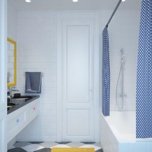 W łazience dla dzieci zadbano o kolorowe akcenty. Choć całość aranżacji nie wyłamuje się z przewijającego się przez cały dom skandynawskiego stylu, fronty szafek wieńczą kolorowe, różowe i błękitne uchwyty, a lustro ma żółtą ramę. Projekt i wizualizacje: Studio projektowe Geometrium.