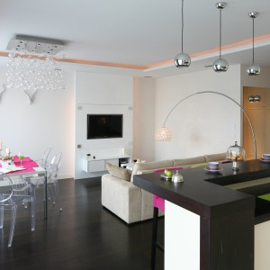 Jasne barwy zdominowały przestrzeń salonu. Ożywiają go kolorowe dodatki utrzymane w stylistyce glamour. Projekt: Agnieszka Żyła. Fot. Bartosz Jarosz.