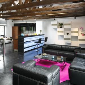 Podświetlany wysoki bar nie tylko oddziela kuchnię od jadalni, ale też buduje klubowy charakter wnętrza. Projekt: Michał Wielecki, Łukasz Hoffman. Fot. Bartosz Jarosz.