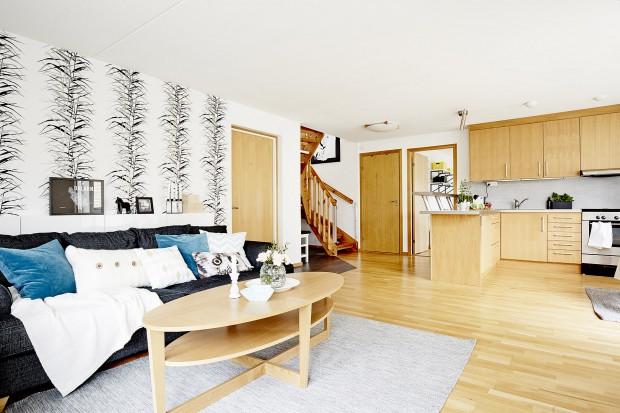 Jasne mieszkanie w bieli i drewnie
