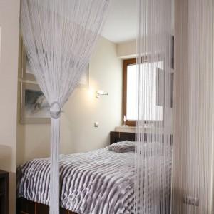 Przestrzeń sypialni oddzielono od salonu przy pomocy Projekt: Jolanta Kwilman. Fot. Monika Filipiuk-Obałek.