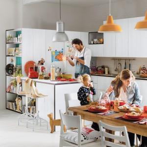 Piękna kuchnia z nowoczesnymi, białymi meblami. Półwysep sprzyja interakcji domowników i wspólnemu gotowaniu. Fot. Veneta Cucine, kuchnia Start-Time Go28.