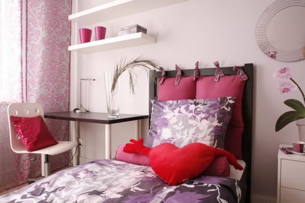 Różowa sypialnia nastolatki. Sposób na romantyczne wnętrze