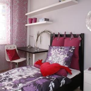 Jeśli potrzebujemy w domu miejsca do spokojnej pracy, można biurko wstawić w sypialni zamiast szafki nocnej. Projekt: Patrycja Grych. Fot. Bartosz Jarosz.
